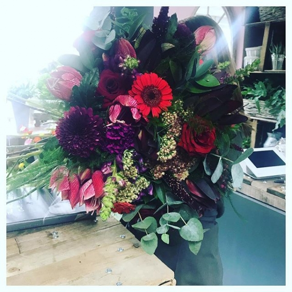 When the bouquet you're making is bigger than you!!! 😍❤️ Love this time of year, 🍂 Using strong and hot colours to create Autumn Creations.. It's not just about the yellows and oranges…#autumn #aquapack #victoriaJaneflowers #instaflorist #hyrangea #dahlia #roses #sedum #amaryllis #flowers #floristshop #buckinghamshireflorist