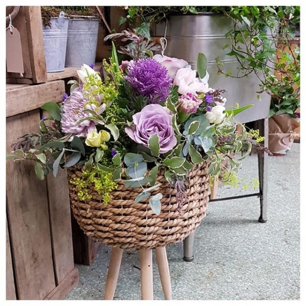 Love the 70s feel of this basket!.. Perfect for an alternative gift! I also think it would look super cute filled with ferns nestled in a corner 🌿...#instaflorist #planter #basket #fern #pretty #giftideas #brassica #flower #florist #victoriajaneflowers