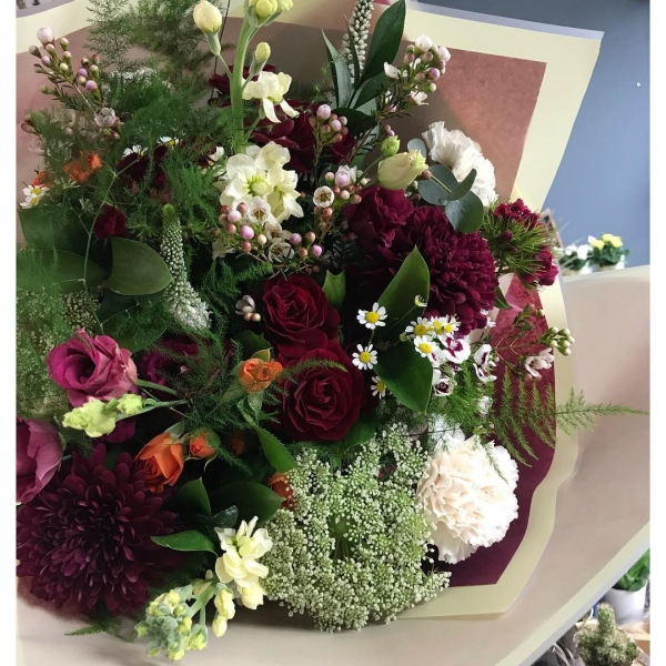 Burgundy, creams with a touch of orange and pink was this customers request today! I wasn't sure at first but I'm now converted! 😍…..Thoughts??!!...#handtied #bouquet #flowers #fresh #florist #shop #burgundy #orange #cream #pink #victoriajaneflowers #supportsmallbusiness #independentwoman #insta #burnham #delivery