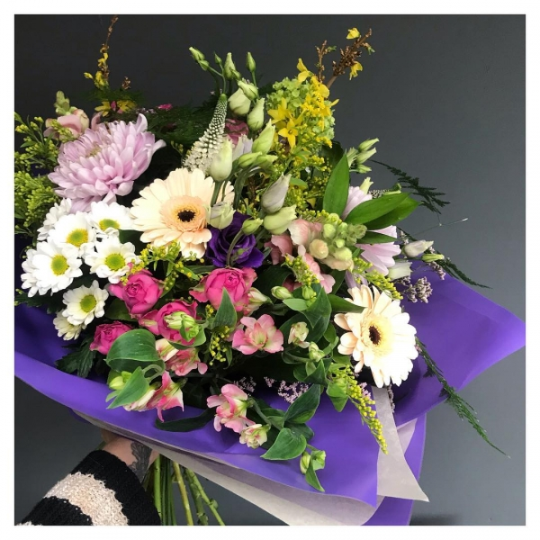 Happy Tuesday for some of our lovely customers! Lots of love in Burnham today 🥰 Sometimes the best deliveries are the 'just because' delivery's! 🌸💐🌻🌷🌿...#floristsofinstagram #independentwoman #muddystilettos #handtied #gift #bouquet #love #justbecause #burnham #windsor #maidenhead #victoriajaneflowers