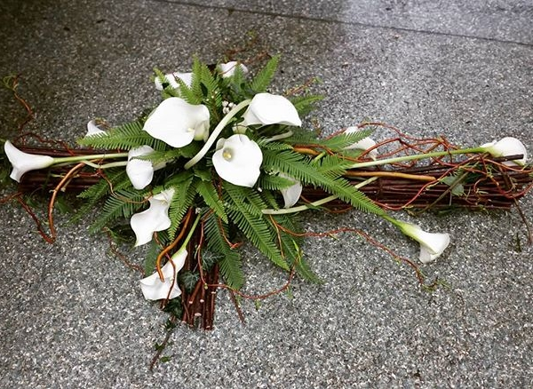 A Natural Cross Tribute#callalily #funeraltribute #floristsofinstagram #cross #natural #sympathyflowers #contortedwillow #simplistic #peaceful