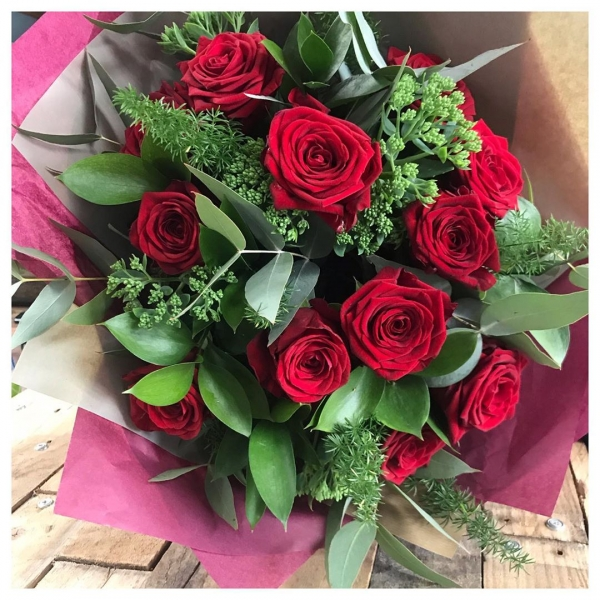Because Red Roses are not just for Valentine's! ❤️🌹 .(In fact at over half the price of valentine's day prices a much better buy! 🤪) ..#red #roses #romance #anniversary #love #happy #smile #bouquet #naomi #green #ecofriendly #florist #buckinghamshireflorist #victoriajaneflowers