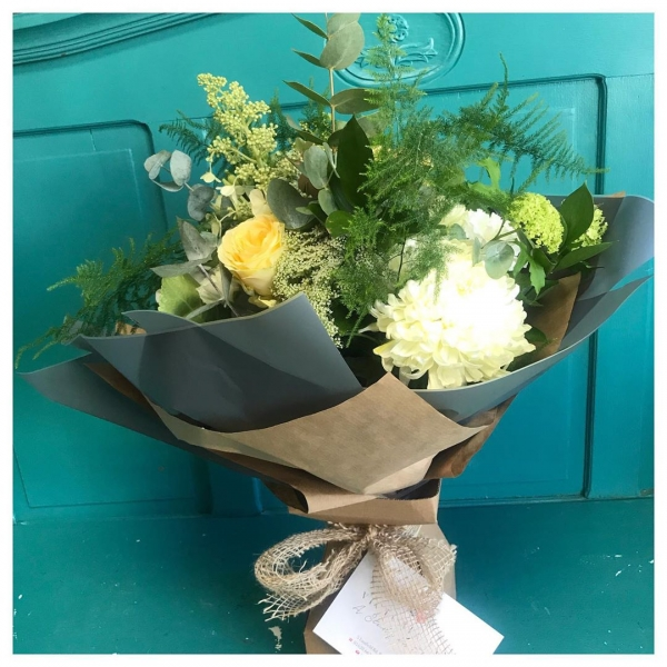 Our customers are loving this soft colour palette at the moment and I can't say I blame them! 😍🌿⚪️..#bouquet #gift #neutrals #creams #whites #lemons #blooms #hydrangea #ecofriendly @floralbox_packaging #makesomeonesday #putasmileofmyface #lovemyjob #victoriajaneflowers #flowers #flowerdelivery