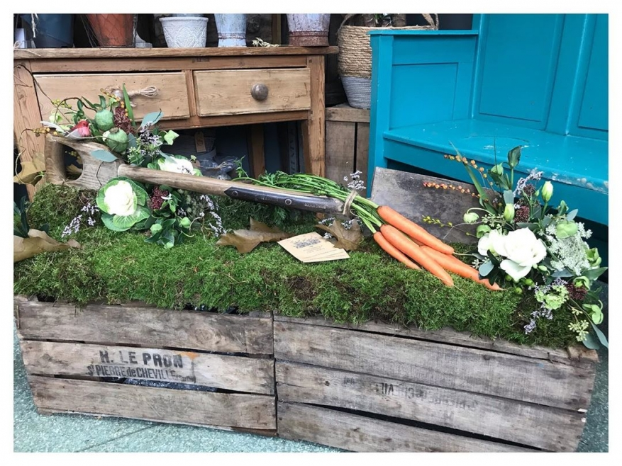 Bespoke funeral tribute based on the gentleman's garden spade and for a family who wanted something a little different ❤️.. He loved his garden and veg patch, an absolute pleasure to create, thank you 🌿.....#sympathy #finalgoodbye #garden #tribute #love #funeral #gardenersfarewell #victoriajaneflowers #burnham #windsor #maidenhead #slough