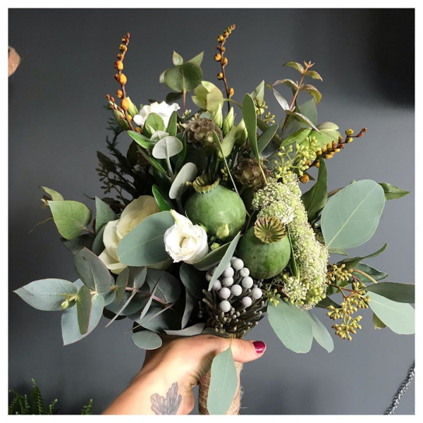When less is more.. 👰🌿 ...#weddingbouquet #bride #simple #natural #pure #white #green #autumnal #workingwiththeseasons #wedding #bouquet #love #underthefloralspell #papaver #roses #avalancheroses #freestyle #unstructured #dreamscomecome #weddingbliss #local #florist #independentwoman #victoriajaneflowers #flowerstagram #flowerlove #blooooms #flowermagic #justbefloral #simplyflowers