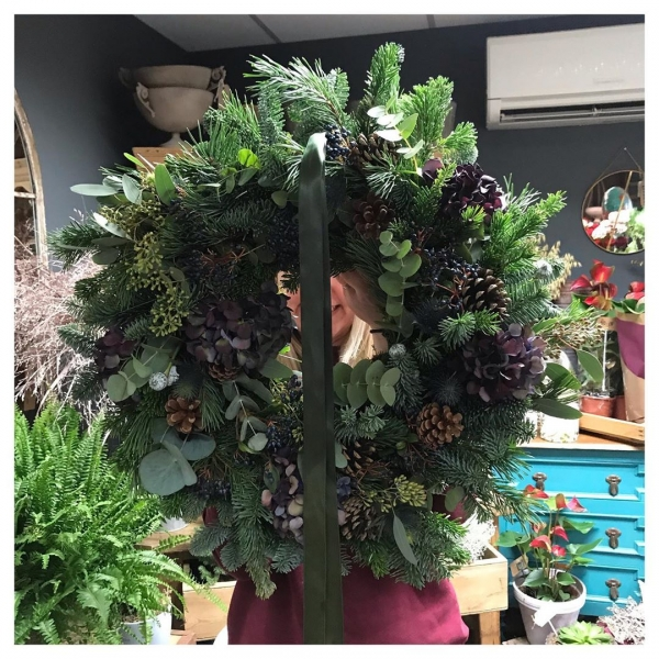 … And they say size doesn't matter! 🤪.#whenbigisbetter #doorwreath #christmasdecor
