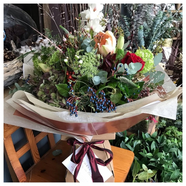 Bouquet of the day! 😍🌿❤️.. Because Christmas doesn't have to be just reds! We are loving the peaches with creams and Burgundy this year! ..#christmasbouquet #shoplocalthischristmas #peaches #creams #sparkle #livingvase #ecofriendly #tistheseason #family #friends #love #home #berries #red #victoriajaneflowers #seasonforgiving #christmas2019 #festiveseason #handtied #6sleeps #hohoho #seasonal #yummy #fresh #flowers #willow #thankful #burnham #windsor #maidenhead